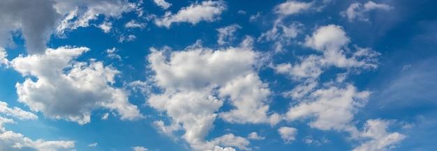 Białe pstrokate chmury na błękitnym niebie przy dobrej pogodzie