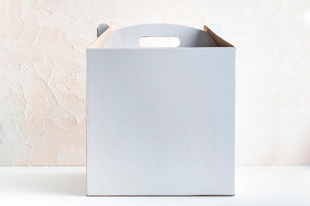 Białe pudełko kartonowe do pakowania ciast na białym tle
