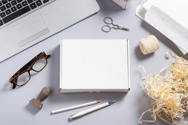 Białe pudełko kartonowe na biurku