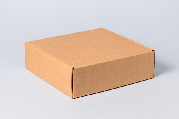 Białe pudełko kartonowe z pokrywą, odizolowane