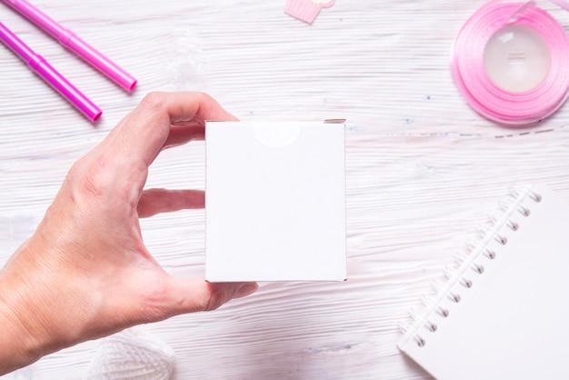 Białe pudełko kartonowe