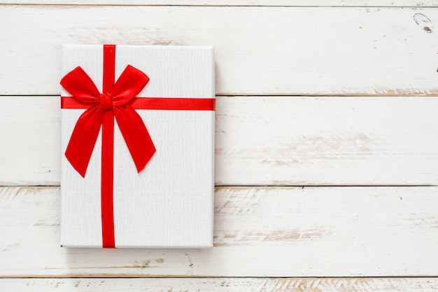 Białe pudełko na białej drewnianej przestrzeni kopii