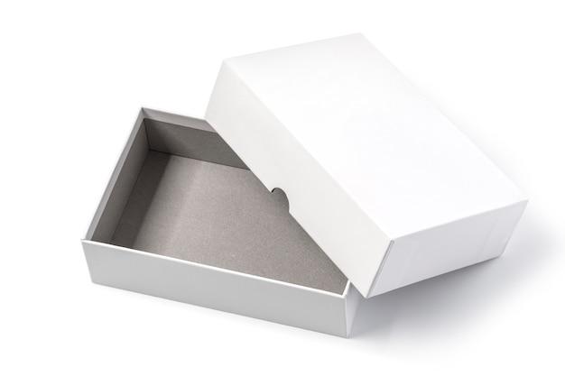 Białe pudełko na białym tle ze ścieżką przycinającą