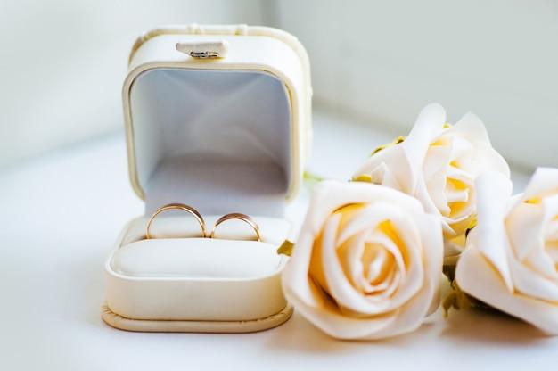 Białe pudełko na pierścionki i pierścionki