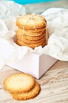 Białe pudełko z ciasteczkami