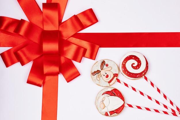 Białe pudełko z czerwoną wstążką, ręcznie robione pierniki, widok z góry, wolne miejsce na projekt