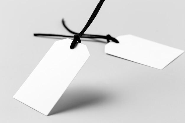 Białe puste etykiety na białym tle