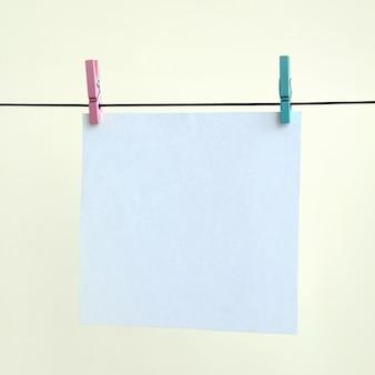 Białe puste karty na linie, tło ściana światło