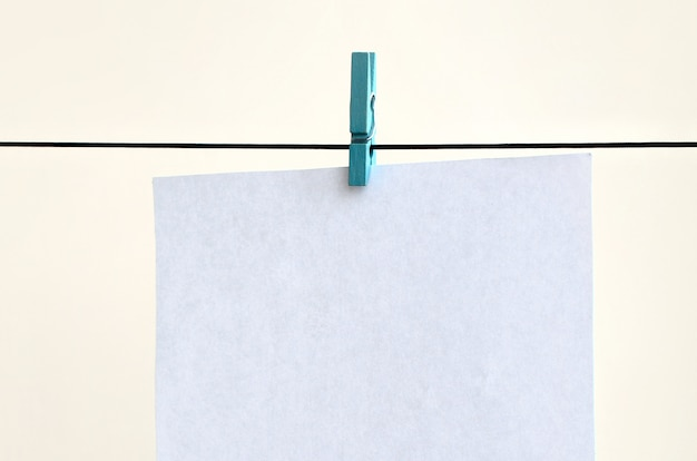 Białe puste karty na linie, tło ściana światło.