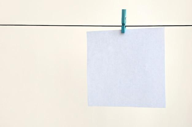 Białe puste karty na liny, tło ściana światło