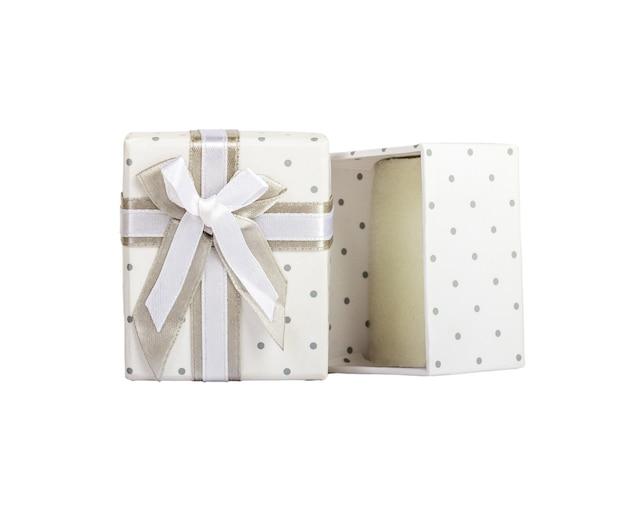 Białe puste pudełko upominkowe z małymi kółeczkami. szara taśma materiałowa z szarym krawatem