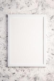 Białe puste ramki na zdjęcia szablonu na teksturowane jasne, szare i czarne tło, widok z góry, makieta miejsca