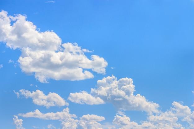 Białe puszyste chmury i niebieskie niebo