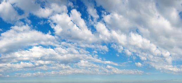 Białe puszyste chmury na błękitnym błękitnym niebie. lato dobrej pogody w tle.