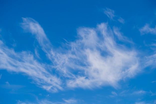 Białe puszyste chmury na niebieskim niebie, abstrakcyjne tło
