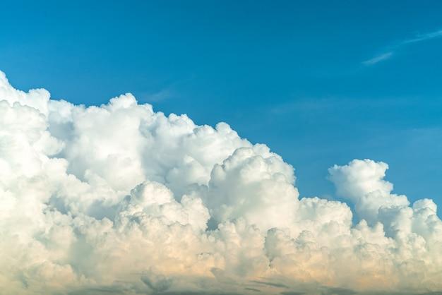 Białe puszyste chmury na niebieskim niebie. miękki dotyk przypominający bawełnę. przylądek biały bufiasty chmury z miejscem na tekst. piękno natury. zakończenie biały cumulus chmurnieje tekstury tło.