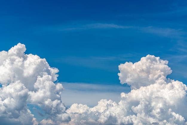 Białe puszyste chmury na niebieskim niebie.