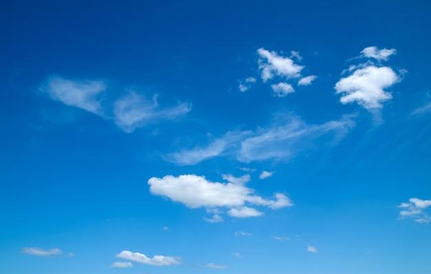 Białe puszyste chmury na niebieskim niebie