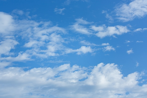 Białe, puszyste chmury w błękitne niebo. tło naturalne białe chmury