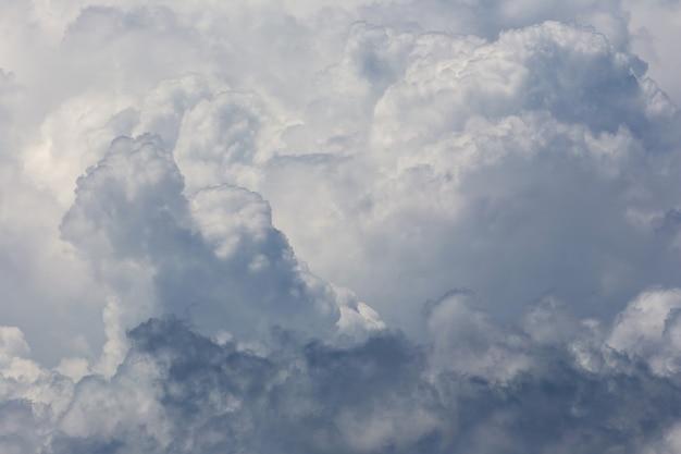Białe puszyste chmury w niebieskiego nieba tle