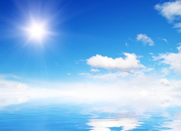Białe puszyste chmury z tęczą na niebieskim niebie