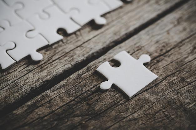 Białe puzzle na drewnianym stole
