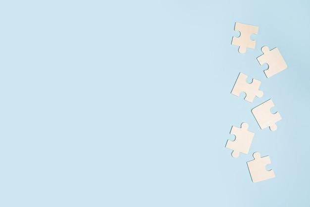 Białe puzzle na niebieskim tle. skopiuj miejsce