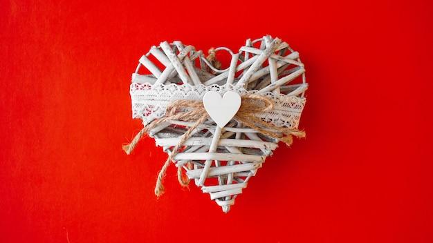 Białe ręcznie robione serce na czerwono. koncepcja walentynki.