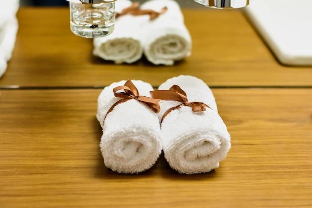 Białe ręczniki na toaletce