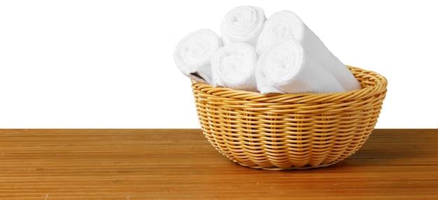 Białe ręczniki spa na stole