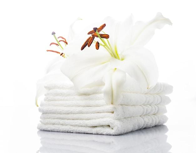 Białe ręczniki spa z lilią na białym