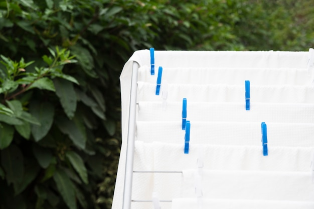 Białe ręczniki suszące na wieszaku