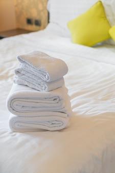 Białe ręczniki złożone na łóżku