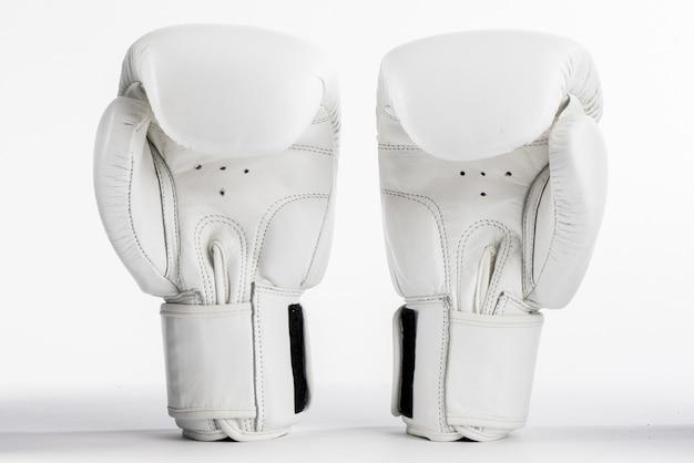 Białe rękawice bokserskie na białym tle