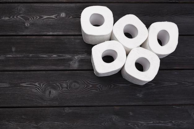 Białe rolki papieru toaletowego