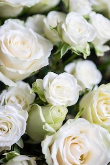 Białe róże w bukiecie