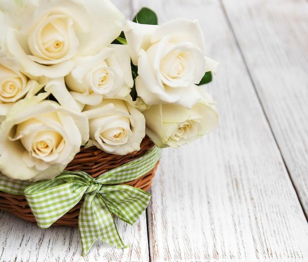 Białe róże w koszu