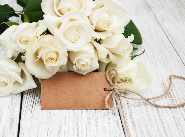 Białe róże z tagiem