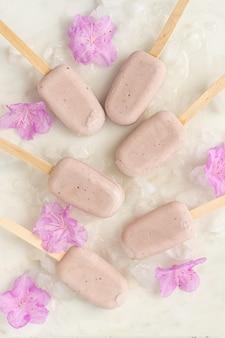 Białe, różowe i niebieskie cukierki