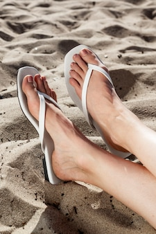 Białe sandały plażowe letnia sesja zdjęciowa mody