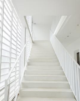Białe schody we wnętrzu budynku