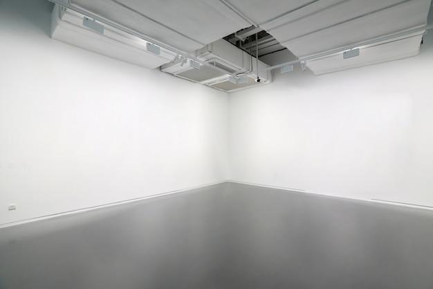 Białe ściany i szare podłogi cementowe w przestrzeni wewnętrznej