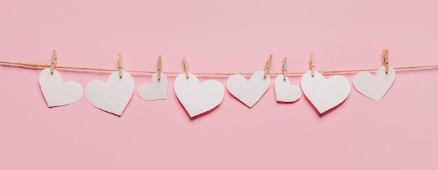 Białe serce szpilka na linie na na białym tle koncepcja różowe tło, miłość i valentine
