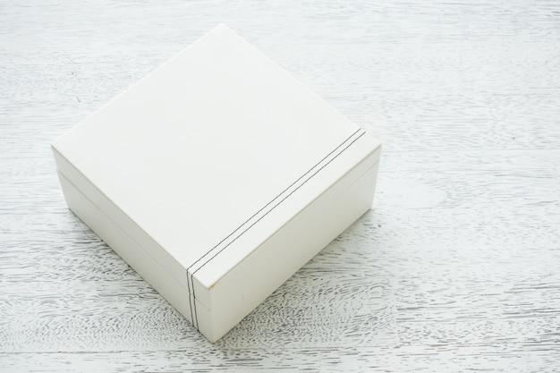 Białe skórzane pudełko