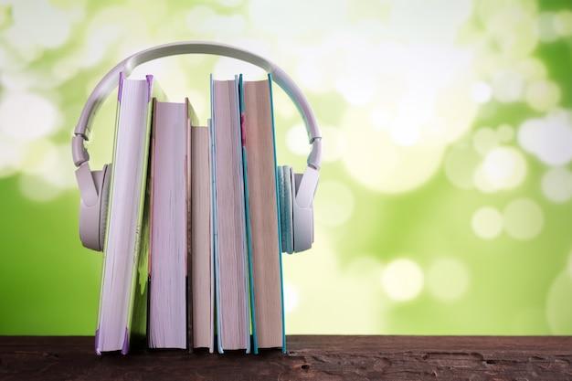 Białe słuchawki i książki, audiobooki książek koncepcyjnych i e-learning, e-book