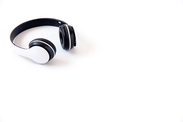 Białe słuchawki na białym tle