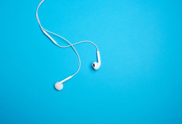 Białe słuchawki z kablem