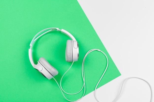 Białe słuchawki z przewodem