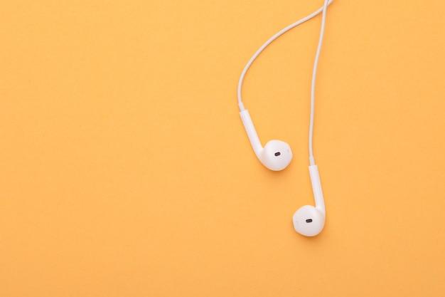 Białe słuchawki z widokiem z góry.