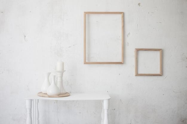 Białe starodawne stare wnętrze z wazonami i ramkami